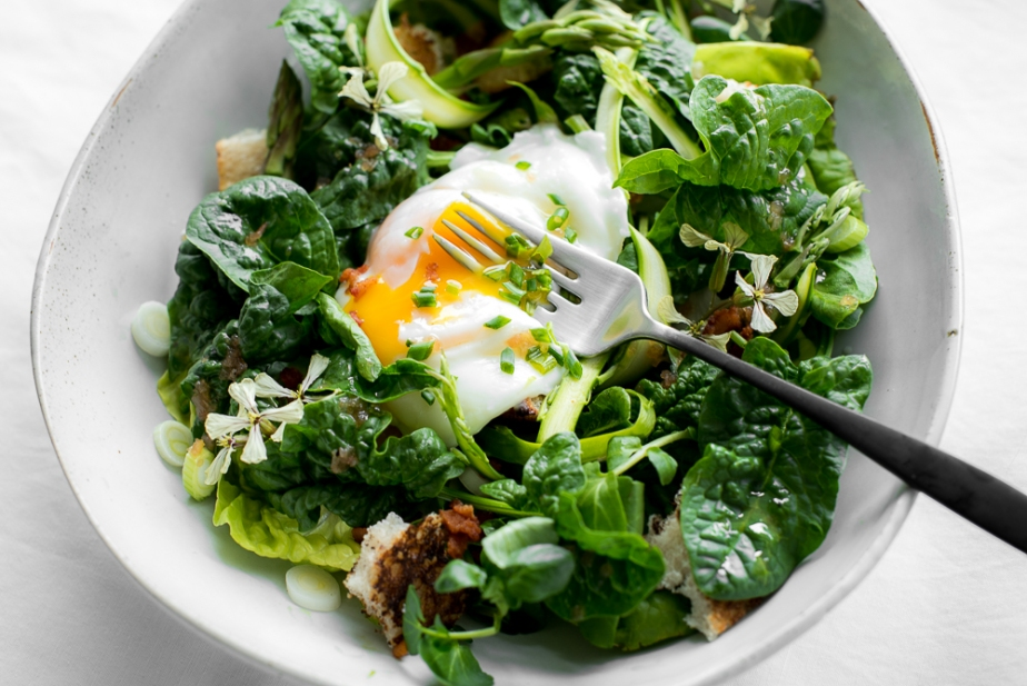 Spinach and asparagus salad with a warm vinaigrette and poachedegg